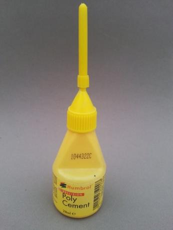 Cola com bico aplicador da Humbrol