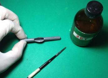 Como uma cola Thinn, prepare e teste os encaixes da peça. Aperte bem uma contra a outra.