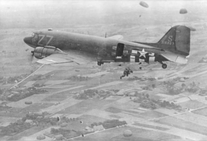 Paratroopers_Dakota_Groesbeek_OMG1944_BM.jpg